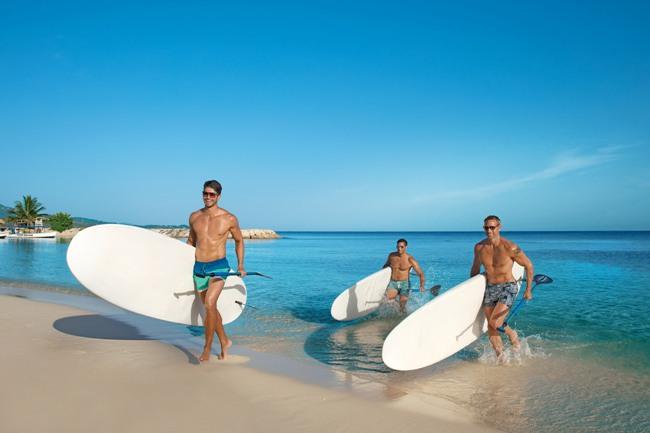 Friends con paddle boards