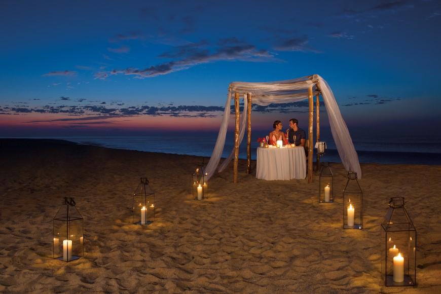 Cena romántica en un gazebo en la playa