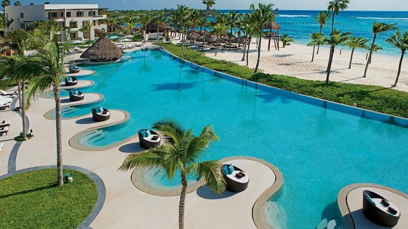 expansive ocean front infinity pool