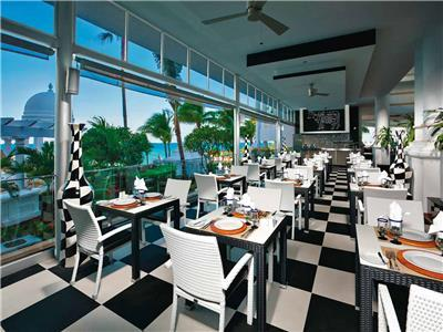 Restaurante Black White,