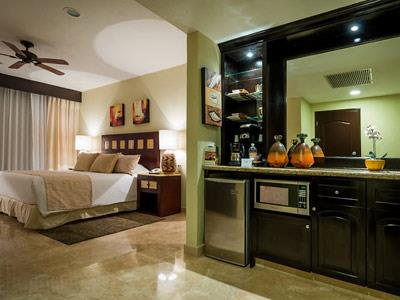Deluxe - Kitchenette and Room