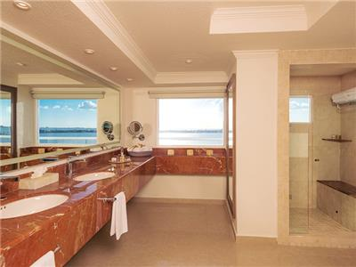 Gran Presidential Suite Ocean View or Ocean Front - Bathroom