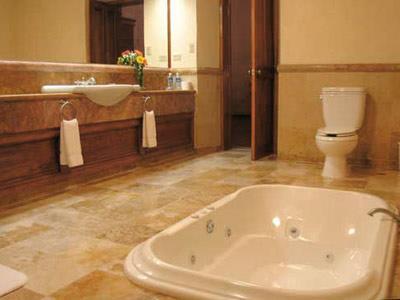 Master Suite - Bathtub