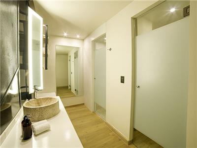 Standard King - Bathroom
