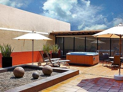 Fotograf as del hotel hotel casa cayala business class - Terraza con jacuzzi ...