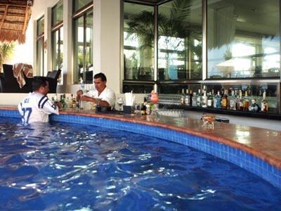 """Swim-up bar """"Sabores y Terraza"""""""
