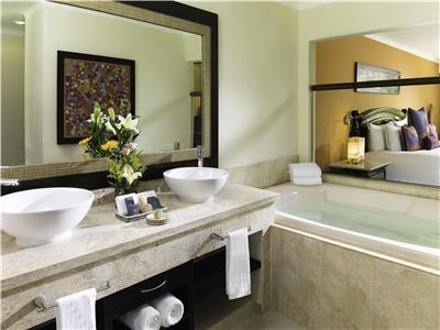 Jacuzzi Junior Suite  y Beachfront Honeymoon Suite- Baño
