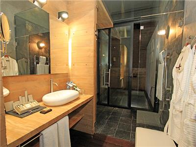 Uvence Suite Plus - Bathroom